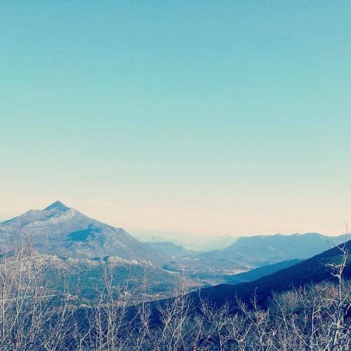 puno brda i sunčanog vremena
